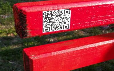 "Srednjoškolci ofarbali klupice u parku ""Čair"" i na njih stavili QR kodove koji vode na sajtove o istoriji Niša"